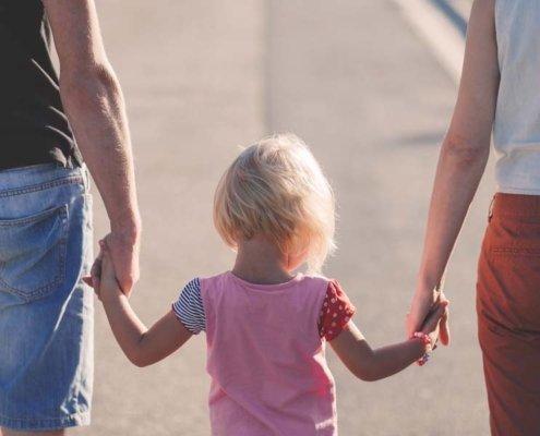 bambina-con-genitori-affidamento-minori-agenzia-investigativa-padova